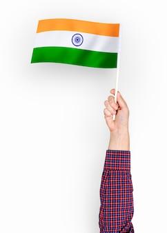 Persoon die de vlag van de republiek india zwaaien