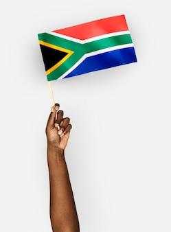 Persoon die de vlag van de republiek zuid-afrika zwaaien