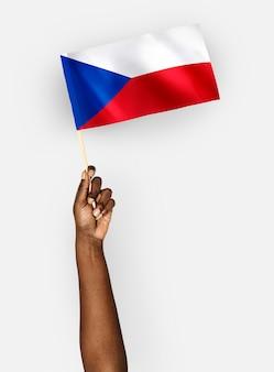 Persoon die de vlag van de tsjechische republiek zwaaien