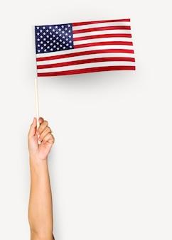 Persoon die de vlag van de verenigde staten van amerika zwaaien
