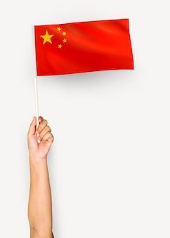 Persoon die de vlag van de volksrepubliek china zwaait