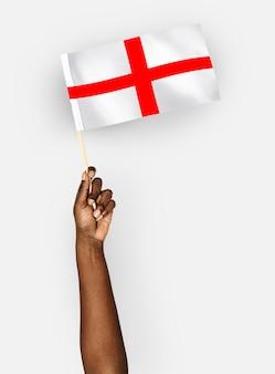 Persoon die de vlag van engeland zwaait