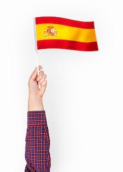 Persoon die de vlag van het koninkrijk spanje zwaaien