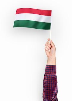 Persoon die de vlag van hongarije zwaaien