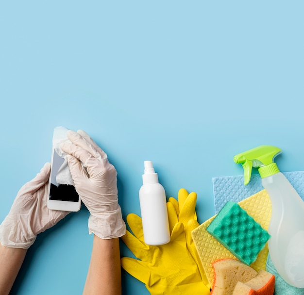 Persoon die desinfectieoplossing gebruikt