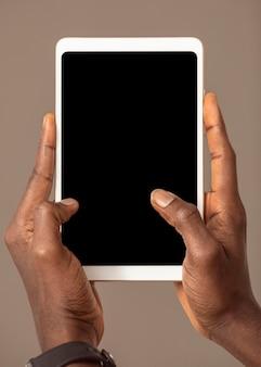 Persoon die digitale tablet in verticale positie houdt