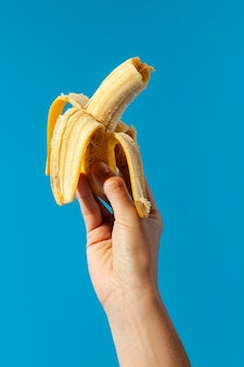 Persoon die een banaan houdt