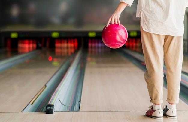 Persoon die een bowlingbal houdt