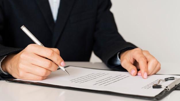 Persoon die een certificaat vooraanzicht ondertekent