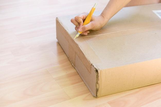 Persoon die een doos uitpakt