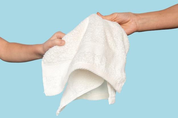 Persoon die een handdoek aan een man overhandigt