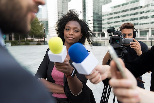 Persoon die een interview voert