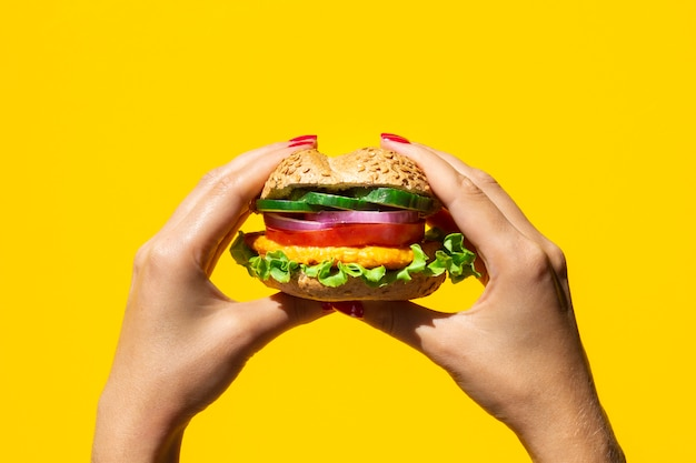 Persoon die een lekkere vegetarische hamburger houdt