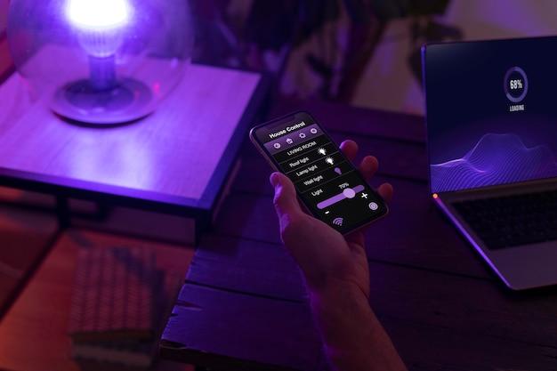 Persoon die een smartphone gebruikt in zijn geautomatiseerde huis