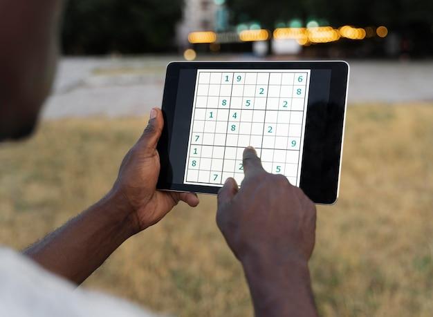 Persoon die een sudoku-spel speelt op een tablet