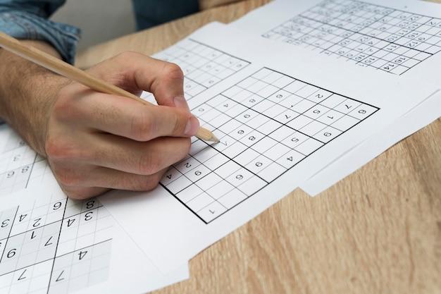 Persoon die een sudoku-spel speelt