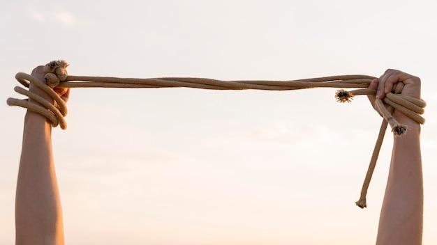 Persoon die een touw stevig vasthoudt Premium Foto