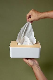 Persoon die een witte neuszakdoek vasthoudt