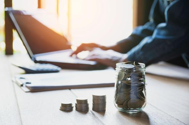 Persoon die en laptop voor zaken en boekhoudingsconcept werkt gebruikt