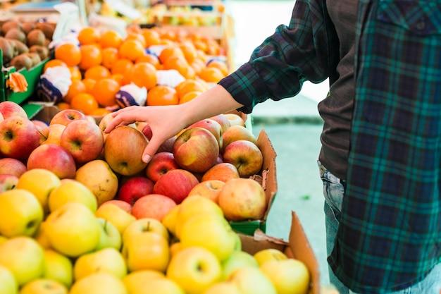 Persoon die fruit en groenten koopt