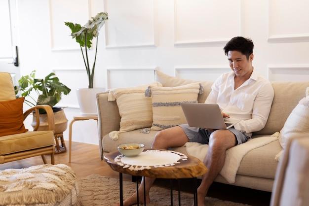 Persoon die geniet van ontspannende tijd thuis