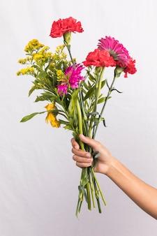 Persoon die groot bloemenboeket houdt