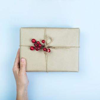 Persoon die grote geschenkdoos met bessen