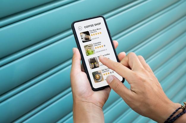 Persoon die haar smartphone vasthoudt met een app op het scherm