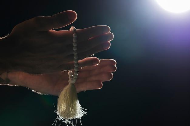 Persoon die heilige armband op volle maan houdt