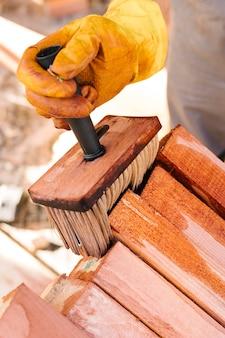 Persoon die het hout vernist