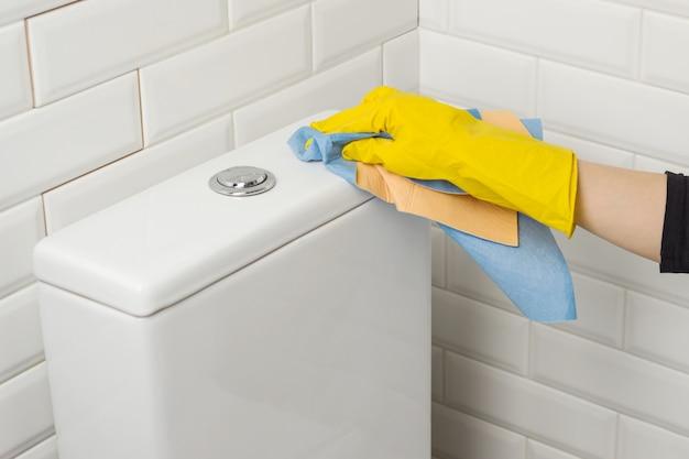 Persoon die het toilet wast