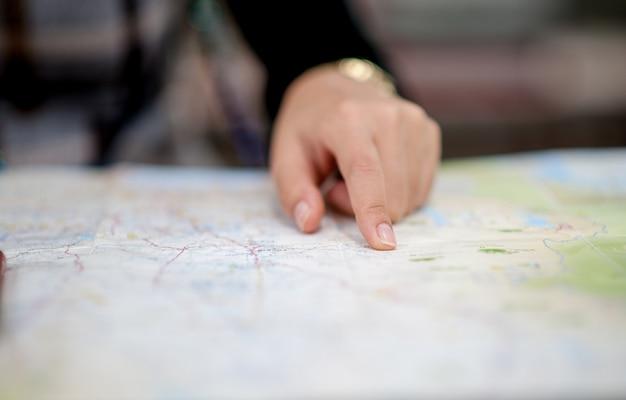 Persoon die in een kaart kijkt