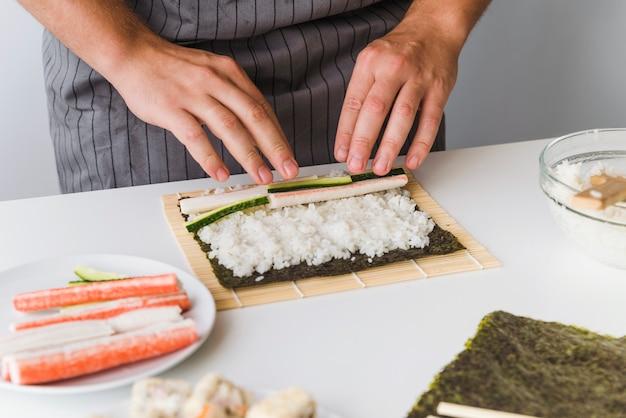 Persoon die ingrediënten toevoegt aan rijst
