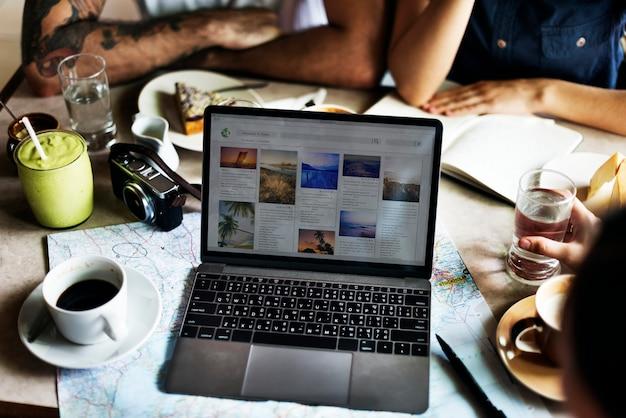 Persoon die internet op laptop concept doorbladeren