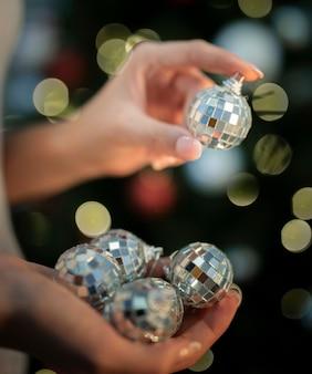 Persoon die kerstmisspeelgoed houdt