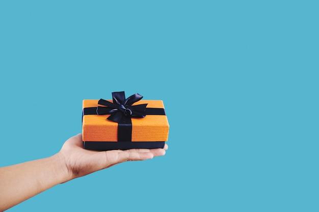 Persoon die klein cadeautje houdt