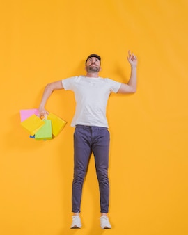Persoon die met het winkelen zakken vliegt