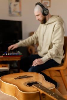 Persoon die muziek binnenshuis produceert