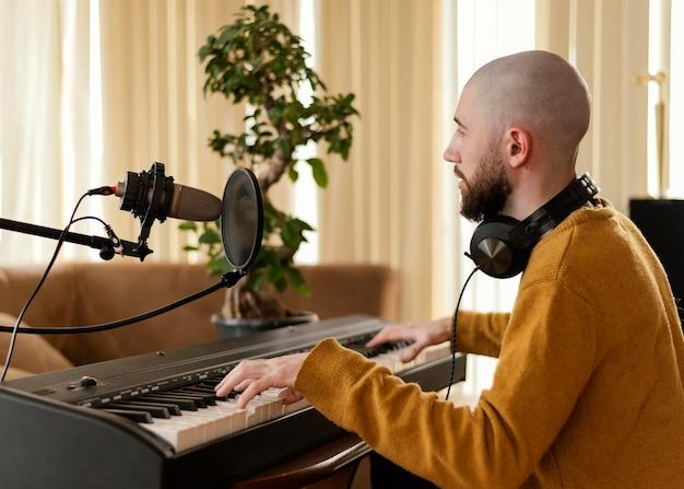 Persoon die muziek oefent in de thuisstudio