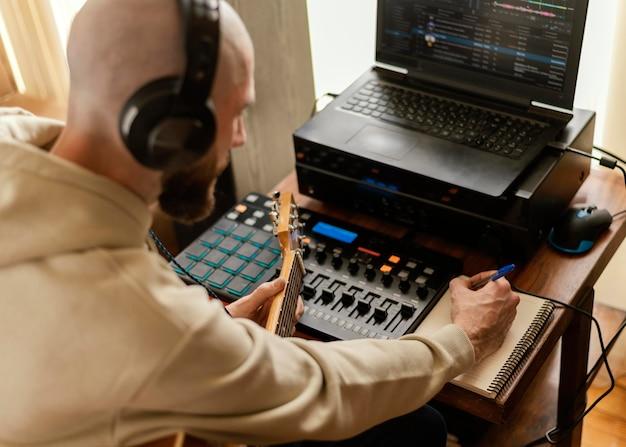 Persoon die muziek produceert in de thuisstudio