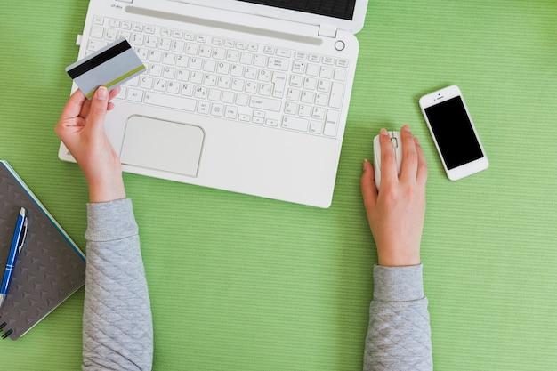 Persoon die online met laptop koopt