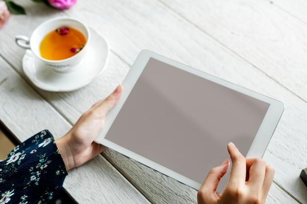 Persoon die tablet gebruikt