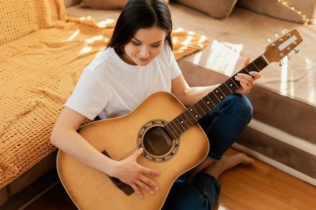 Persoon die thuis alleen muziek oefent