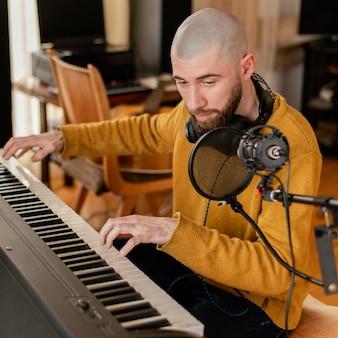 Persoon die thuis alleen muziek produceert