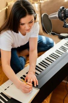 Persoon die thuis muziek maakt