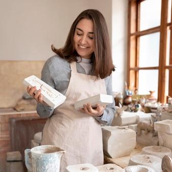 Persoon die werkt in een pottenbakkerij