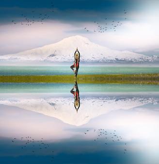 Persoon die yoga doet met uitzicht op de berg ararat