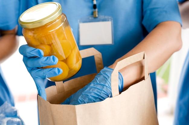 Persoon die zak met bepalingen voor voedseldag voorbereidt