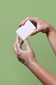 Persoon die zijn handen van dichtbij wast