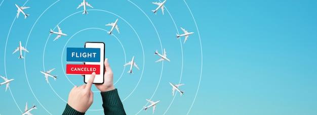 Persoon geannuleerd vliegtuigvlucht met smartphone